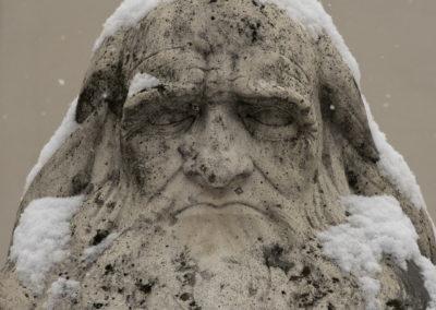 Leonardo da Vinci szobra Pécsett a Nagy Lajos Gimnázium előtt