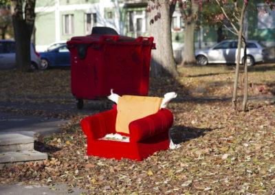 Kidobott vörös fotel Uránvárosban, Pécs