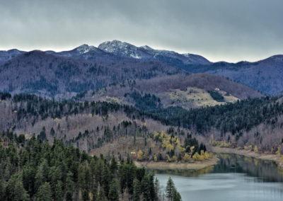A Lokvarsko-tó és a Risnjak csúcsa
