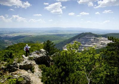 A Lapjak szikláján, jobbra a Plis kőfejtője