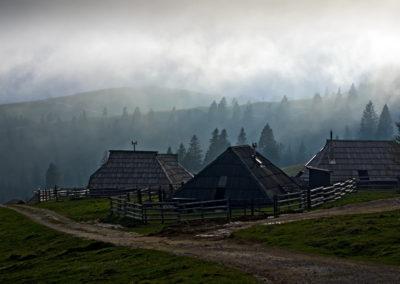 Felhő kúszik a kunyhókra Velika planina