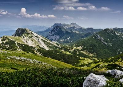 Kilátás a Vaganski-csúcsról a Sveto brdo irányába