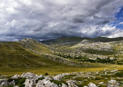 Szélkoptatta fennsík és a Sveto brdo