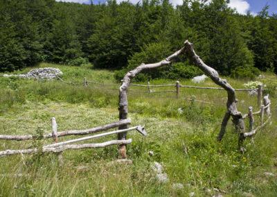 Elkerített veteményes a menedékház közelében, National park Paklenica, Velebit, Croatia