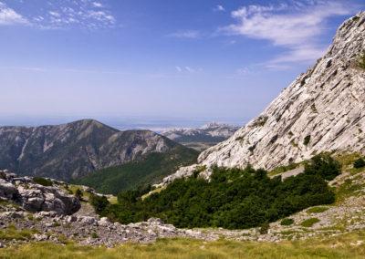 Egy pillantás a Buljma hágó tetjéről. A kép középpontján a Veliko Rujno fennsík, National park Paklenica, Velebit, Croatia