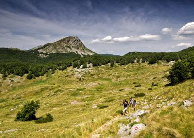 Elhagyva a ciszternát (Marasovac), szemben a Badanj csúcsa (1638 m), National park Paklenica, Velebit, Croatia