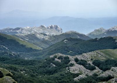 A távolban a Tulove grede sziklaalakzata, National park Paklenica, Velebit, Croatia