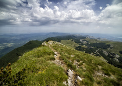 Az ösvény a Velebit vékony gerincén vezet