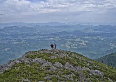 A távolban a Lička Plješivica hegység, előtte a völgyben kanyargó autópálya, Sveto brdo, National park Paklenica, Velebit, Croatia