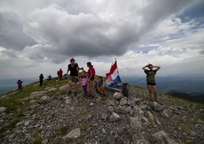 A csúcson álló fakeresztet nemrégiben ledöntötte a szél, Sveto brdo, National park Paklenica, Velebit, Croatia