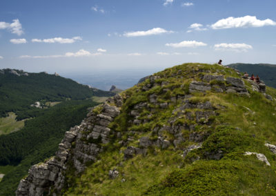 A gerinc déli búbja, a háttérban a Bulmja-hágó, National park Paklenica, Velebit, Croatia