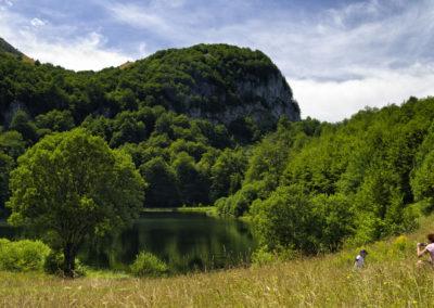 Donje Bare egy apró, kristálytiszta vízű tavacska 1500 méteren, Zelengora, Sutjeska National Park, Bosznia-Hercegovina