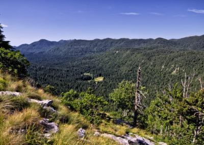 Kilátás a Štirovača-völgyre a Javornik oldalából, Sjeverni Velebit National Park