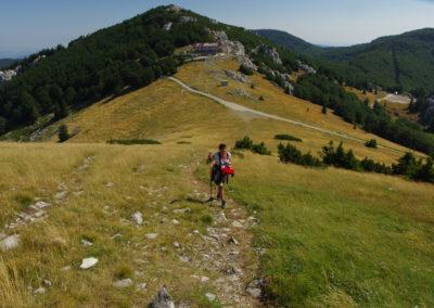 Szemben a zavižan-i menedékház. felette a Vučjak. Úton a Velika Kosa csúcsára. Sjeverni Velebit National Park