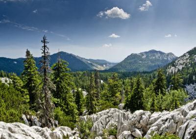 Balra a Veliki Rajinac, jobbra a Golubić csúcsa, Sjeverni Velebit National Park