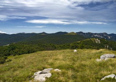 Szemben a Veliki Golić, jobbra tőle a Goljak, Sjeverni Velebit National Park