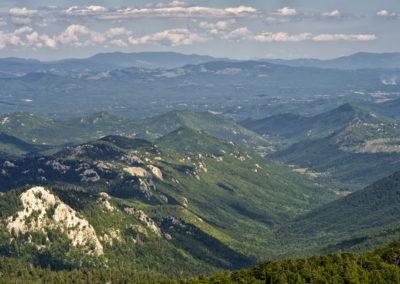 A Lika-régió távolban a Mala Kapela-hegységgel, Sjeverni Velebit National Park