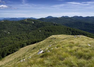 A horizonton a Paklenica Nemzeti Park csúcsai, balra a Mali Golić, Sjeverni Velebit National Park