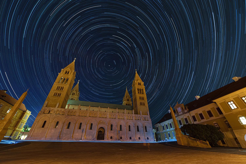 A pécsi Székesegyház és a Dóm tér csillagívvel