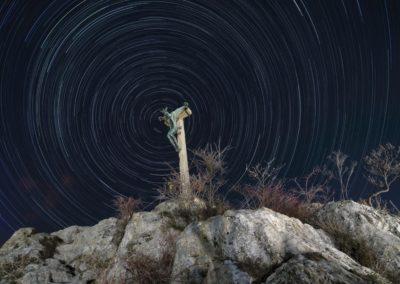 Korpusz és csillagív a Havi-hegyen, Rétfalvi Sándor szobra