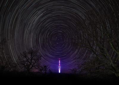 A lila rakéta, csillagív a pécsi Tv-torony felett, Mecsek