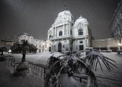 A Pécsi Nemzeti Színház a hóesésben