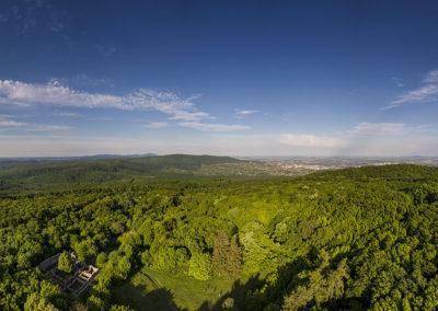 Jakab-hegy csúcsa a Pálos kolostor romjaival