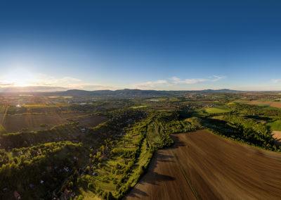 Déli panoráma Pécsről. A kép előterében Postavölgy