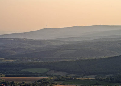 A Közép-Mecsek csúcsai a naplementében