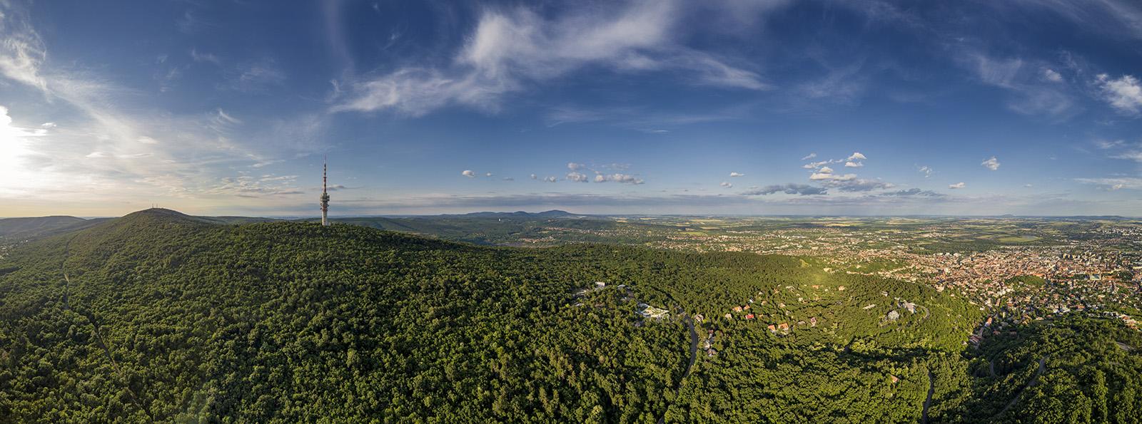 A Mecseki parkerdő a Tubessel és a Misina csúcsával, jobbra Pécs