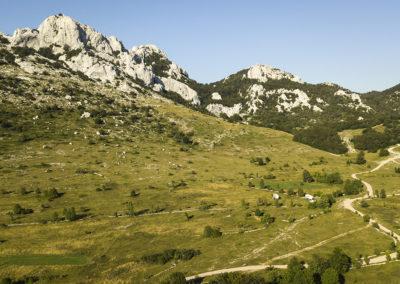 A Grabar csúcsa és a Crni Dabar felé vezető makadámút