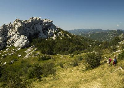 Lefelé a Ljubičko brdo-ról, balra a Medvjedi kuk