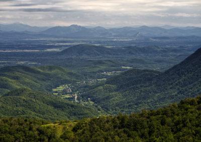 Brušane falucska a völgyben, távolabb a Lika hegyes vidéke