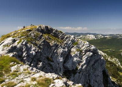 A Veliki Sadikovac sziklás szárazföld felőli oldala