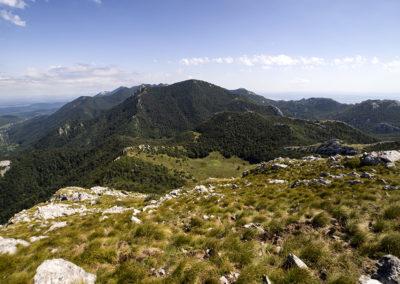 A völgy és a Konjevaća-csúcs a Veliki Sadikovacról