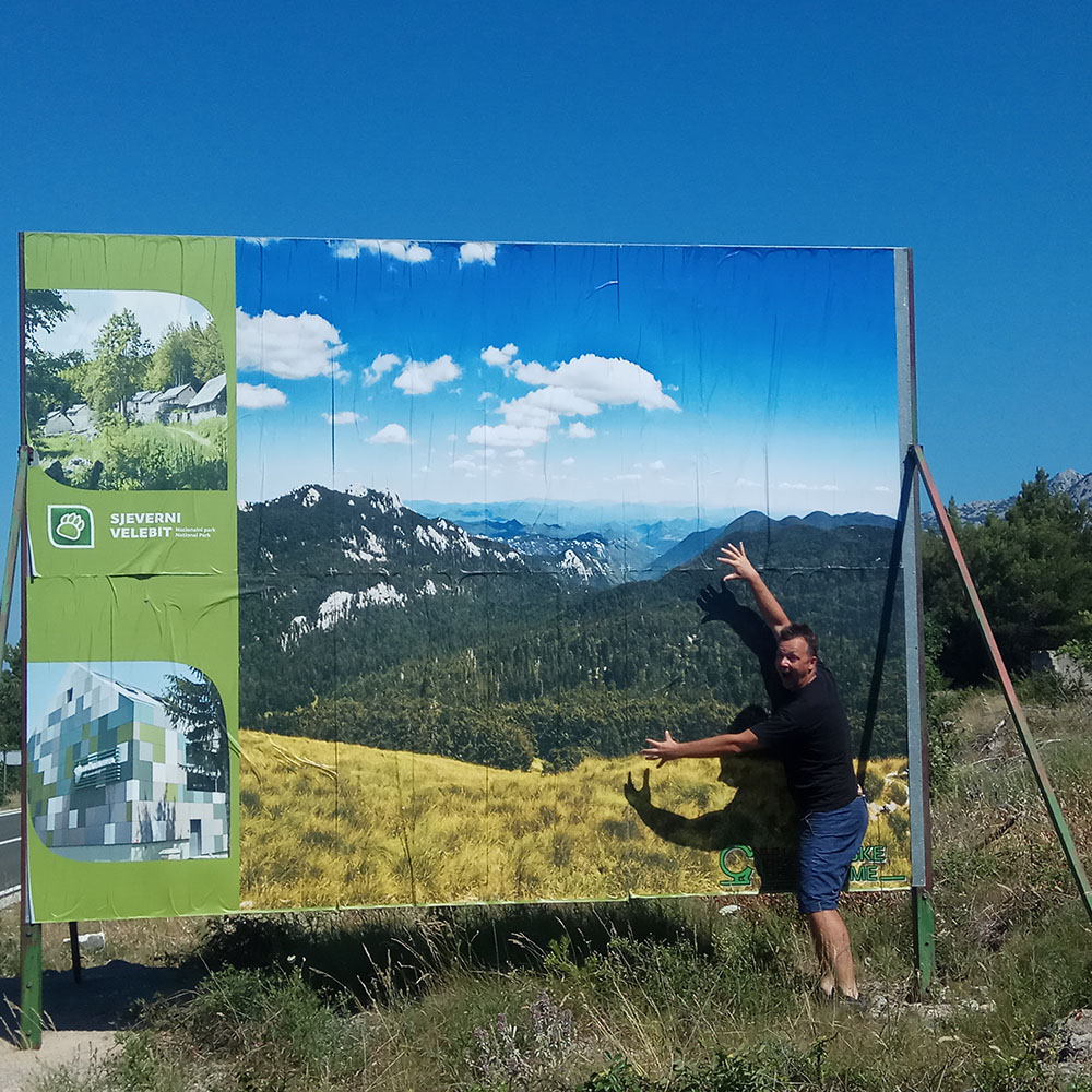 Az Északi-Velebit Nemzeti Parkot reklámozó fotóm a tengerparti út mellett