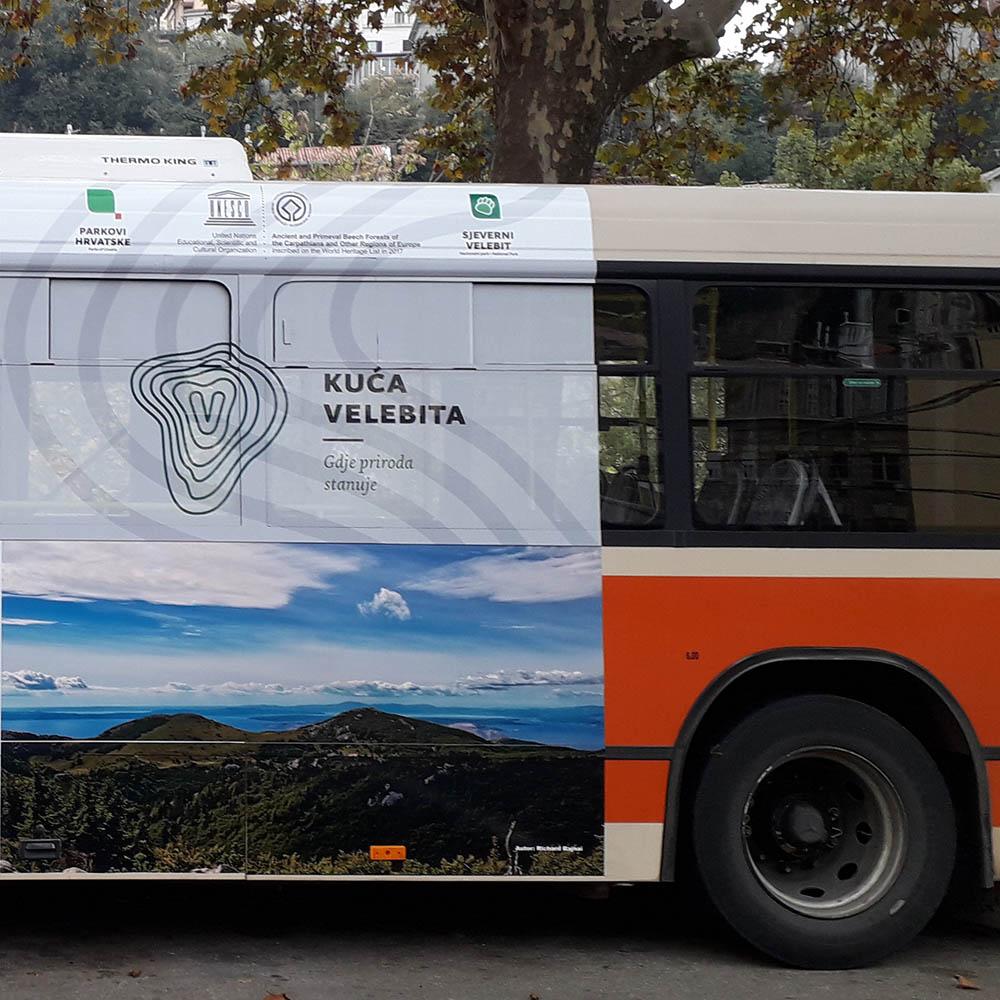 Az Északi-Velebit Nemzeti Parkot reklámozó fotóm egy rijekai busz oldalán