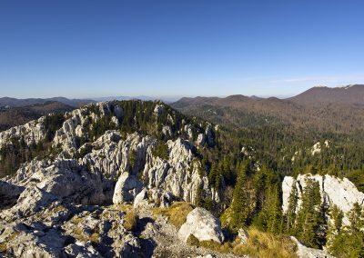 Elől a fantasztikus sziklák, jobbra a Bjelolasica gerince