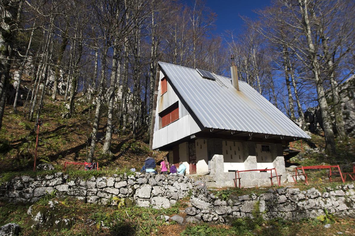 Miroslav Hirtz menedékház a Fehér szikláknál