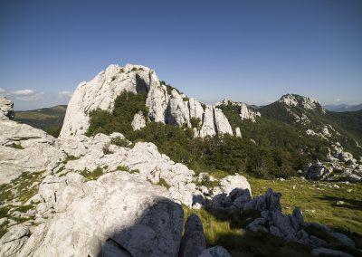 Az erdőből kiérve láthatóvá válnak a sziklák