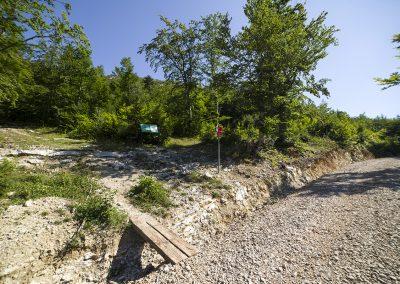 Balra indul az ösvény a Ljubičko brdo felé, jobbra a Filipov kuk