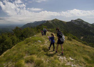 Indulunk lefelé a Sladovačko brdo-ról, szemben a Sadikovac csúcsok