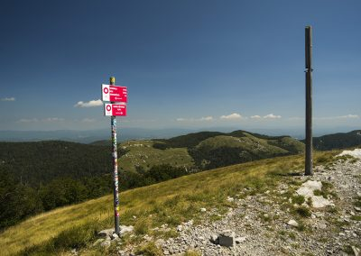 Jól táblázott környék, a kereszt oszlopa a Ljubičko brdo legmagasabb pontját jelöli